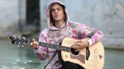 VIDEO: Justin Bieber da una serenata afuera del palacio de