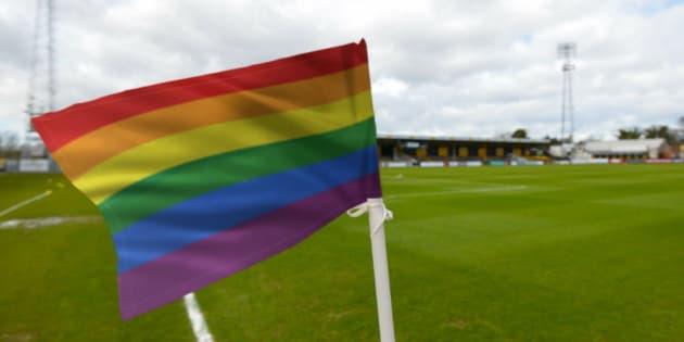 Des drapeaux de corner aux couleurs LGBT+ sur les terrains de foot anglais