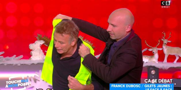 Alors qu'il expliquait la situation confuse des derniers jours et qu'il réagissait au flot d'insultes reçues, Franck Dubosc s'est vu offrir et a enfilé un gilet jaune.