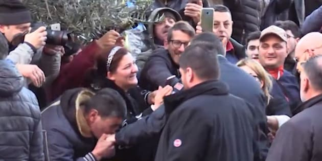 Selfie e baciamano per Salvini ad Afragola. E c