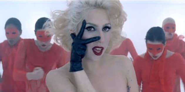 """Image extraite du clip """"Bad Romance"""" de Lady Gaga, réalisé par Francis Lawrence."""
