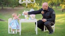 Policía toma el té con la bebé a la que ayudó en su