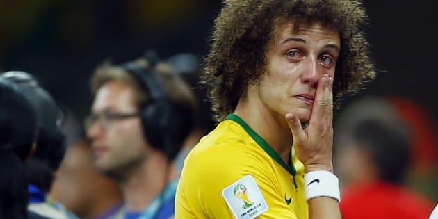 David Luiz chora após derrota do Brasil por 7 a 1 da Alemanha, no Mineirão, em 2014.