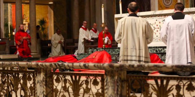 Donald Wuerl, cardinal de Washington, se prosterne en signe de repentance envers les victimes de pédophilie.