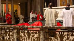 Accusé d'avoir protégé les prêtres pédophiles en Pennsylvanie, ce cardinal se prosterne en signe de