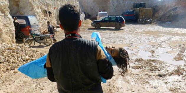 El cuerpo de un menor es trasladado por un fotógrafo tras el ataque con armas químicas sobre Jan Shijún, en la zona rebelde de Idlib, el pasado abril.