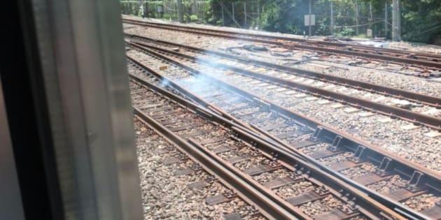 JR埼京線の線路上で発煙。横を通る山手線が停止した。