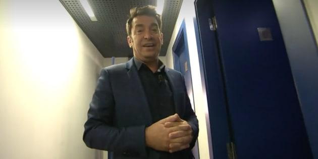Arturo Valls acompaña a un concursante al baño.