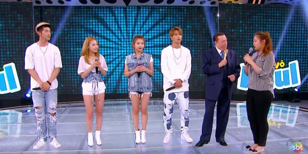 Raul Gil recebe o grupo sul-coreano KARD.