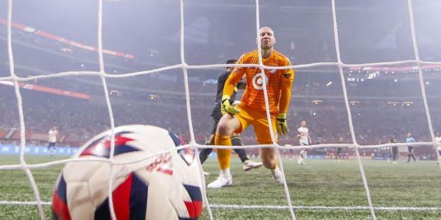 Brad Guzan durante un partido de fútbol.