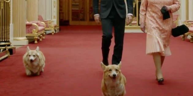La reina Isabel II con sus perros junto a James Bond