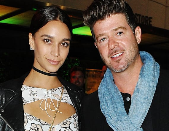 Robin Thicke and pregnant girlfriend pose on beach