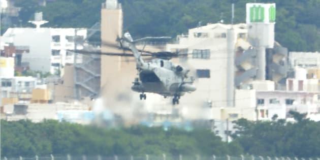 米軍普天間飛行場から離陸したCH53E大型輸送ヘリコプター。沖縄県東村での事故後、飛行を一時停止していた=10月18日、沖縄県宜野湾市