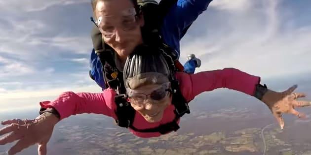 Cette super mamie s'est offert un saut en parachute pour ses 94 ans