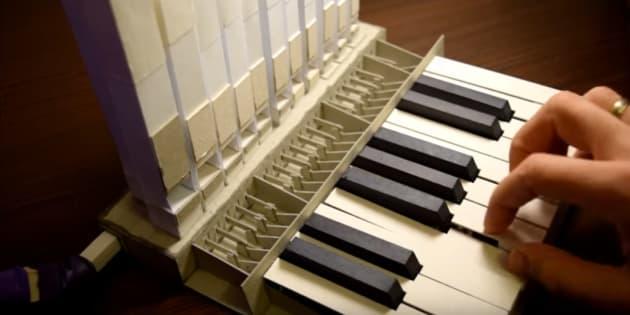 Aliaksei Zholner a créé un orgue miniature seulement à partir de deux planches de papier.