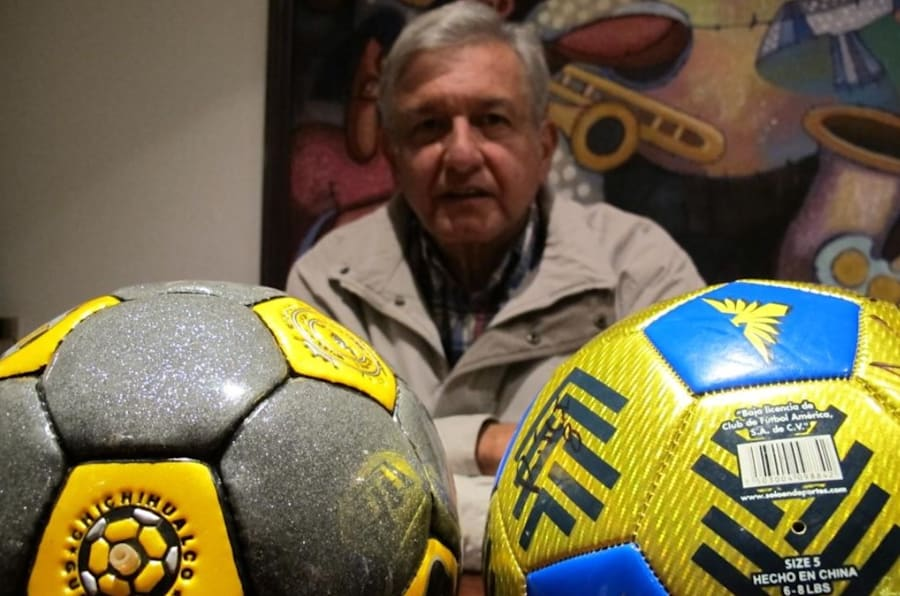 Andrés Manuel López Obrador posa para una fotografía con un balón hecho en Chichihualco, Guerrero (izquierda) y uno hecho en China que usa el Club América (derecha).