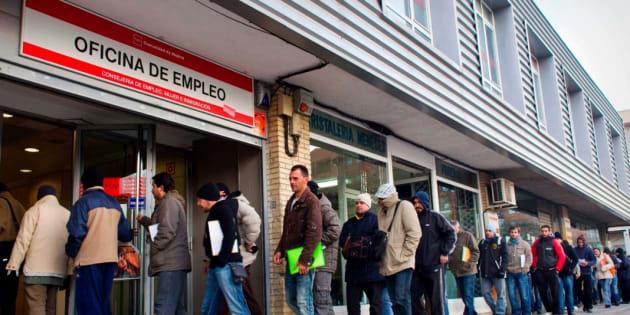 Un grupo de desempleados en una oficina de empleo de Madrid. EFE
