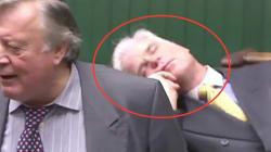 Este parlamentario británico se quedó dormido a medio debate sobre