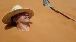 Un ministre marocain enterré dans le sable brûlant (et il a l'air