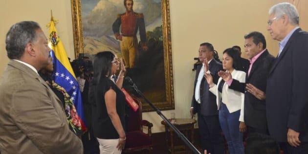 Delcy Rodríguez, la presidenta de la Asamblea Constituyente, toma juramento a los cuatro gobernadores.