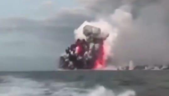 Une boule de lave s'abat sur un bateau de touristes à Hawaï, 23