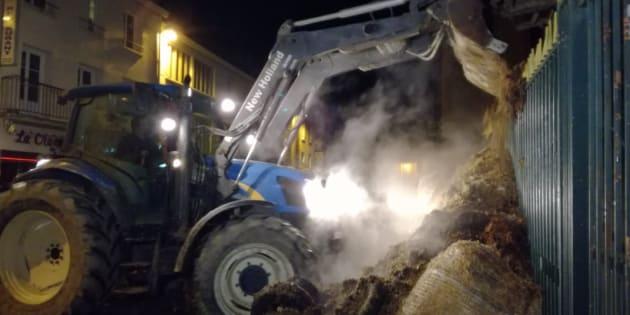 Manche: une centaine d'agriculteurs déverse huit remorques de pneus et de fumier devant la préfecture.