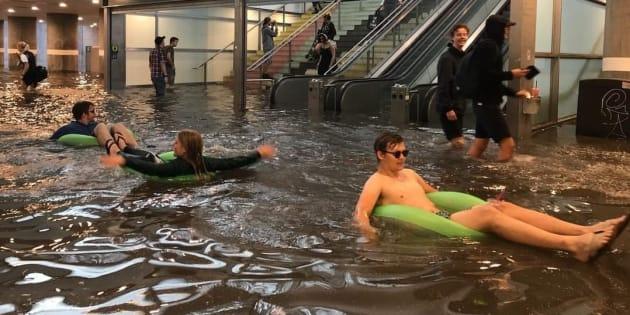 En Suède, les pluies diluviennes ont inondé une gare et ça donne des idées à certains