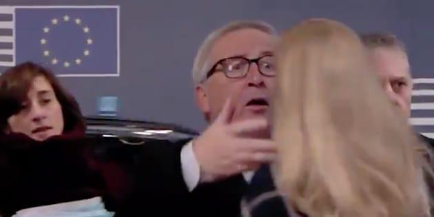 Jean-Claude Juncker sacude el pelo a una mujer a su llegada a la Comisión Europea.