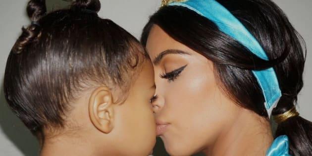 Kim et North sont très complices, toute deux déguisées en Jasmine