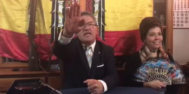 Miguel Ángel Gómez de Pedro, alcalde de Gallinero de Cameros, imitando a Franco.