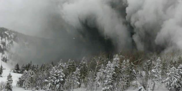 スキー客がリフトから撮影した噴煙=1月23日午前、群馬県草津町[浜島貝さん提供]