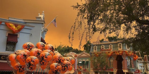 Le ciel de Disneyland en Californie devient orange sous l'effet d'incendies monstres alentour