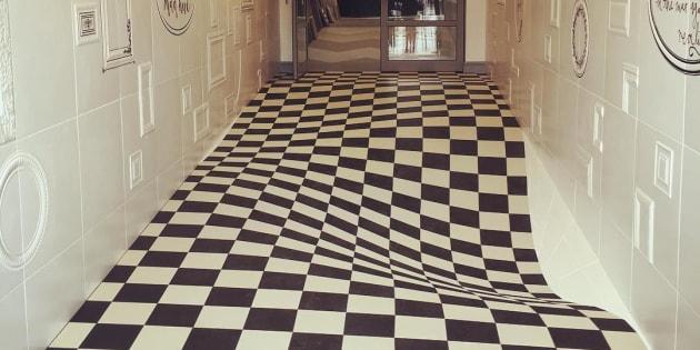 廊下を走れなくなる床がつくられ...