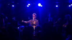 Katy Perry en larmes rend hommage aux victimes de Manchester lors d'un concert