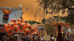 Le ciel de Disneyland en Californie devient orange sous l'effet d'incendies monstres