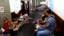 Um professor tocou violão para acalmar crianças que se escondiam de um tiroteio no