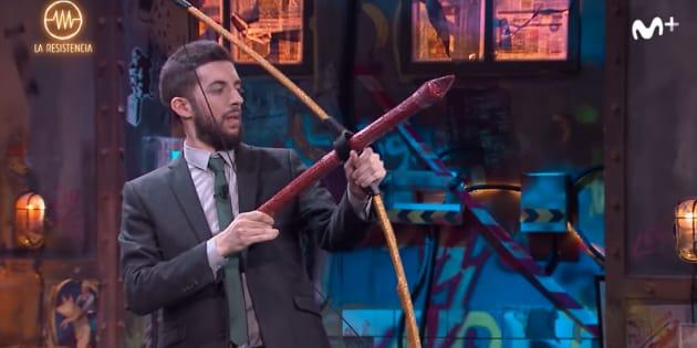 David Broncano lanza una flecha.