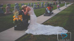 La historia detrás de la novia llorando sobre la tumba de su