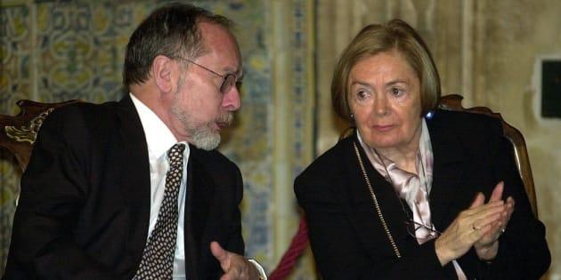 José Ramón Recalde y María Teresa Castells, durante la entrega del Premio a la Convivencia de la Fundación Manuel Broseta el 15 de enero de 2001.