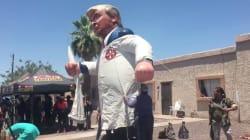 Melania Trump accueillie par un mannequin géant de son mari en tenue du Ku Klux