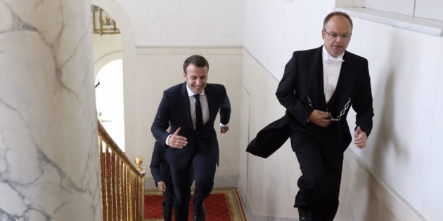Cette photo de Macron qui court dans les escaliers vaut le détour(nement).