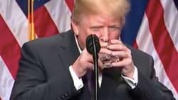 Trump boit de l'eau comme un petit enfant pendant un