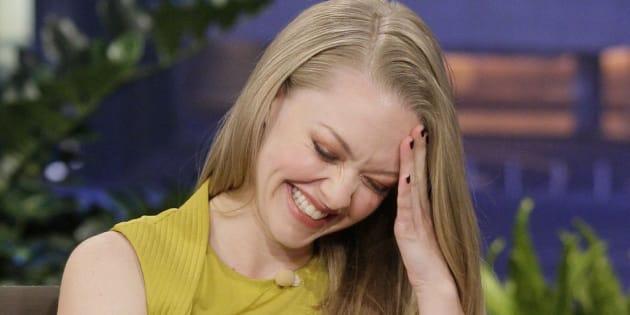 Amanda Seyfried ríe avergonzada en una entrevista en el 'show' de Jay Leno en octubre de 2011.