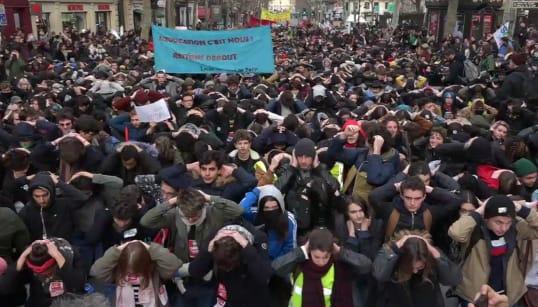 Des centaines d'étudiants et lycéens à genoux en soutien aux jeunes de