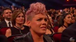 La réaction de Pink écoutant Christina Aguilera qui chante aux AMAs n'est pas passée