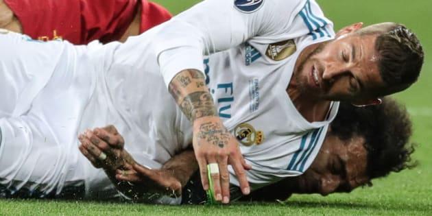 Ramos y Salah, tras chocar en la final de la Champions.