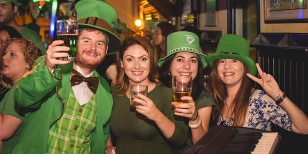 O pub irlandês O'Malley's Bar terá programação especial, cerveja verde e banda irlandesa.