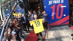 Des centaines de fans pour le maillot de Neymar devant la boutique des Champs
