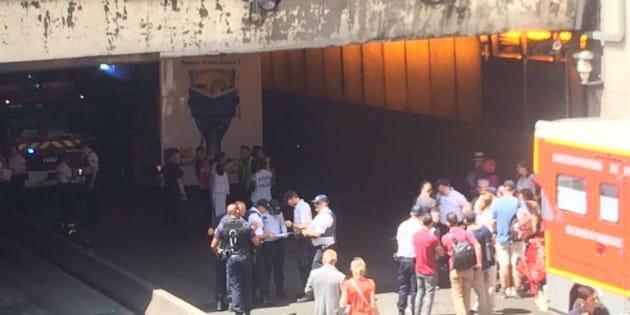 Capture twitter  B2bolo                       Un bus à étage heurte le pont Alexandre III et fait 4 blessés dont un grave
