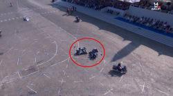 Deux motards de la Garde républicaine se percutent pendant leur chorégraphie sur les